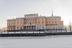 Mikhailovsky城堡在冬天冷淡的早晨 库存照片