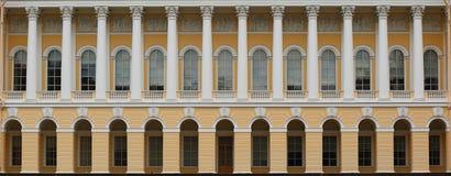 Mikhailovsky宫殿的柱廊 免版税库存照片
