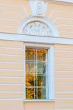 Mikhailovsky宫殿-状态俄国博物馆的大厦北门面窗口在圣彼得堡,俄罗斯 图库摄影