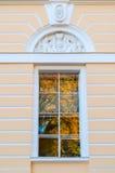 Mikhailovsky宫殿-状态俄国博物馆的大厦北门面窗口在圣彼德堡,俄罗斯 库存照片
