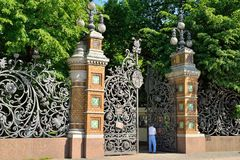 Mikhailovsky庭院的门的一个游人embankme的 库存图片