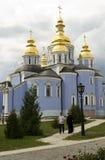 Mikhailovsky kloster, munk och en man, Kiev Ukraina Royaltyfria Foton
