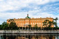 Mikhailovsky-Schloss auf der Bank von Fluss Fontanka Stockfoto