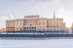 Mikhailovsky slott i St Petersburg frostig morgonvinter Arkivbilder