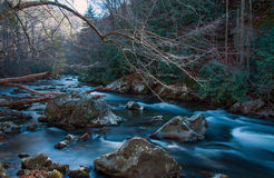 Miękka Bieżąca rzeka z skałami Obraz Stock