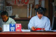 Miko Japońska kapłanka przy Toshogu świątynią w Nikko, Japonia Zdjęcia Stock