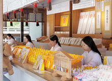 Miko japonais vendant l'amulette de tombeau, charmes Photos libres de droits