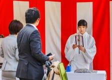 Miko przy Ikuta-jinja świątynią w Kobe Obraz Royalty Free