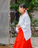 Miko przy Ikuta-jinja świątynią w Kobe Zdjęcia Stock