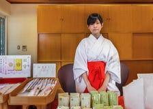 Miko przy Ikuta-jinja świątynią w Kobe Zdjęcia Royalty Free