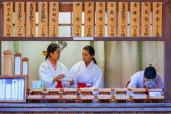 Miko przy Kasaga Taisha świątynią w Nara Zdjęcia Royalty Free