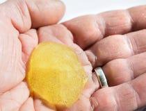 Mikro-pärlan handrengöringsmedlet gömma i handflatan in royaltyfri fotografi