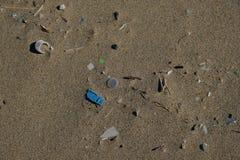Mikro Plastikowy denny zanieczyszczenie na piaskowatej plaży ekosystemu, śmieci na dennym wybrzeżu obraz stock