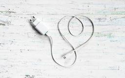 Mikro usb ładowarka dla handphone białego ładuje kabla w formie jak Obraz Stock