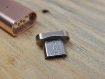 Mikro usb adaptor z magnes zamianą fotografia stock