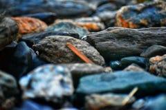 Mikrobild von Steinen auf einer Bank von Fluss lizenzfreie stockfotografie