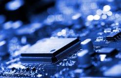 Mikrochip auf blauer Leiterplatte stockbilder