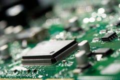 Mikrochip auf grüner Leiterplatte stockbild