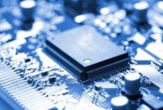 Mikrochip auf Leiterplatte lizenzfreie stockfotos