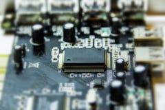 Mikrochipers och transistorer arkivbild