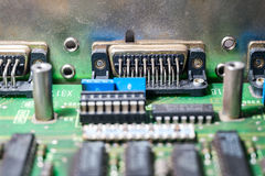 Mikrochipers och transistorer på ett strömkretsbräde Arkivfoto