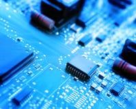 Mikrochips auf einer Leiterplatte Stockfoto