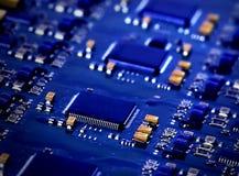 Mikrochips auf einer Leiterplatte Stockfotografie