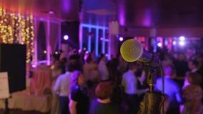 Mikrofon över den abstrakta suddiga bakgrunden för bankett för konferenskorridor eller bröllop stock video