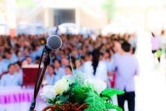 Mikrofon über dem unscharfen Geschäftskonferenzsaal oder dem Seminarraum, unscharfer Hintergrund lizenzfreie stockfotografie