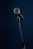 Mikrofon auf Blau Lizenzfreie Stockfotografie
