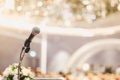 Mikrofon auf dem Sprachepodium über der Zusammenfassung der Konferenz Stockfotos