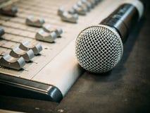 Mikrofon auf dem Unschärfetonmeisterhintergrund Stockfoto