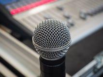 Mikrofon auf dem Unschärfetonmeisterhintergrund Stockfotografie