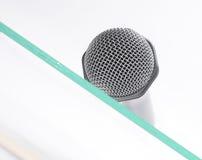Mikrofon auf der Glastabelle Lizenzfreie Stockfotos