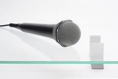 Mikrofon auf der Glastabelle Stockbilder