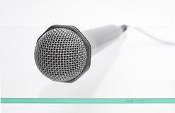 Mikrofon auf der Glastabelle Stockbild