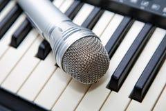Mikrofon auf der Tastatur Stockfoto