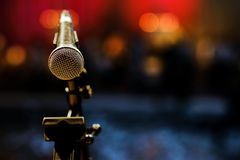 Mikrofon auf einer Gestellnahaufnahme stockfotografie
