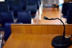 Mikrofon auf hölzernem Podium Lizenzfreie Stockfotografie