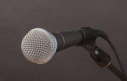 Mikrofon auf Holzkohle Lizenzfreies Stockbild