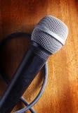 Mikrofon auf Holzoberfläche Lizenzfreies Stockfoto