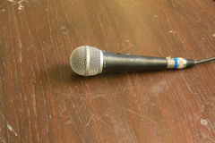 Mikrofon auf Holztisch Stockbilder