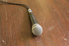 Mikrofon auf Holztisch Lizenzfreies Stockbild