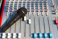 Mikrofon auf mischender Konsole eines großen Hifisystems, der Audiogeräte und des Bedienfelds lizenzfreies stockfoto