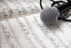 Mikrofon auf Notenblatt Stockfoto
