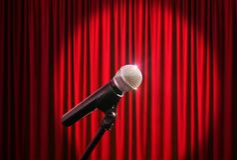 Mikrofon auf Stadium gegen einen Hintergrund des roten Vorhangs Lizenzfreie Stockbilder