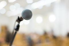 Mikrofon auf Stadium am Konzert lizenzfreie stockbilder