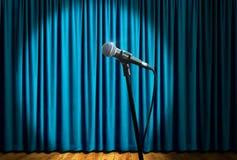 Mikrofon auf Stadium unter Scheinwerfer Lizenzfreies Stockbild