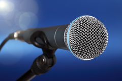 Mikrofon auf Stufe lizenzfreies stockbild
