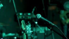 Mikrofon auf Stufe stock video